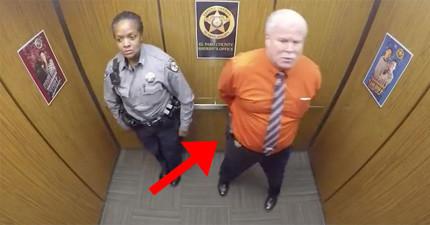 電梯裡的監視器先是拍到這兩人獨自在電梯裡,接著拍下的超爆笑畫面已經讓網友都分享到爆了!