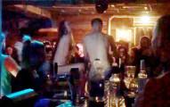 這對情侶在酒吧真的太嗨了,所以跳上吧檯脫掉衣服後就在眾目睽睽之下開始...