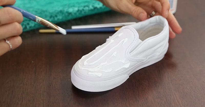她一開始先將白膠塗在白色運動鞋上,最後做出的「獨一無二超可愛DIY鞋」會讓你朋友搶著跟你買!