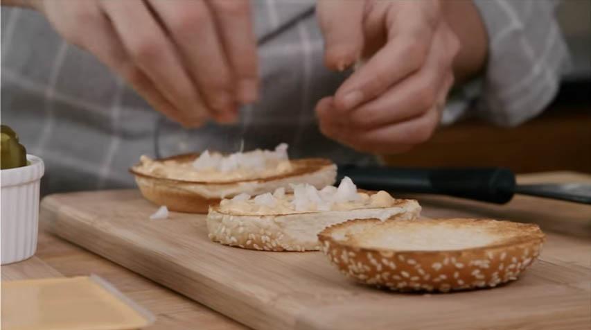 麥當勞執行主廚終於洩漏「在家做出超美味大麥克」的烹飪秘密!看到醬汁的部份我才知道原來這麼容易!