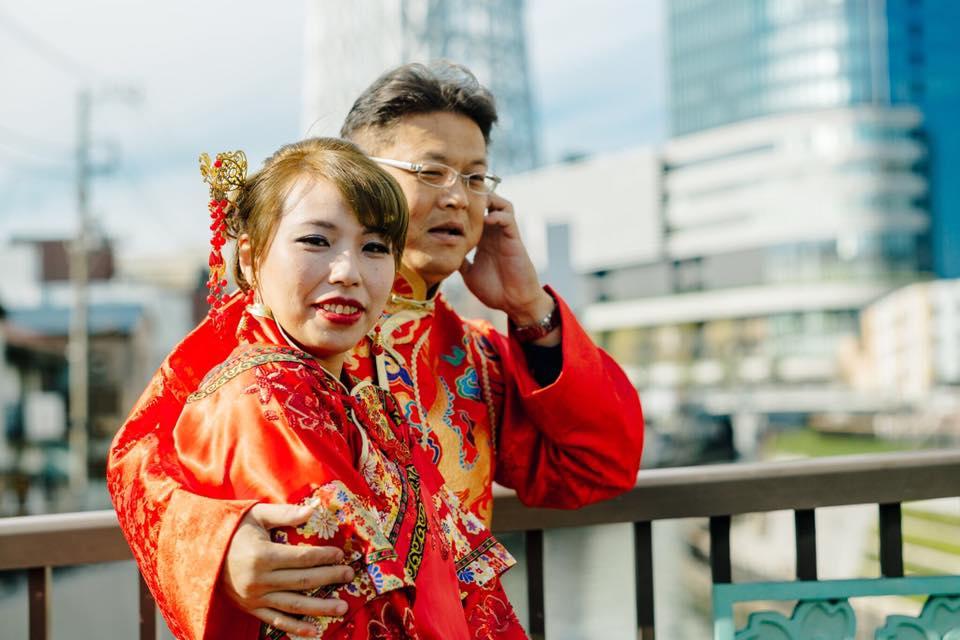 這對新人花19萬開心的到日本拍浪漫婚紗一開始沒發現攝影師拍攝手法很奇特,但當他們之後看到相片集後吐血了...
