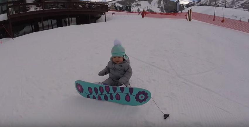 本來看到坐在雪上穿著滑雪板的14月大小寶寶只是要拍照,但影片第20秒時我已經崇拜到五體投地了!