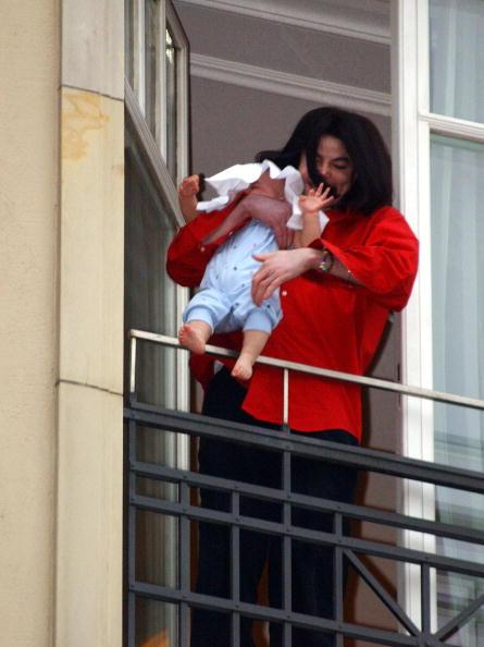當年麥可傑克森抱出陽台被全世界罵翻的小兒子,今天剛滿14歲的他模樣跟老爸像到太令人傻眼了!