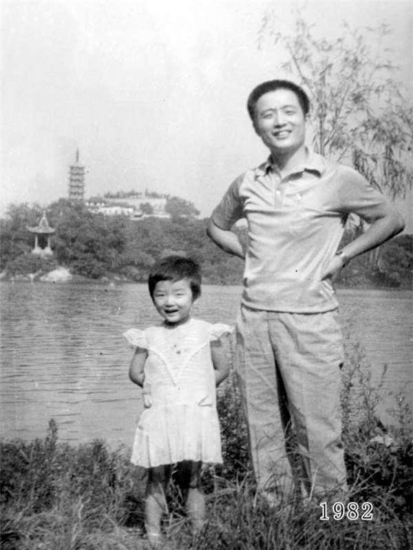 這位爸爸堅持30年來「每年都要和女兒回到這裡合照」,看到2014年最後一張我才發現眼睛濕濕的...