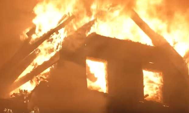 這位爸爸發現自己的3歲兒子正受困火場中,於是對未婚妻說了一句「令所有人都淚崩」的話就衝進火場...