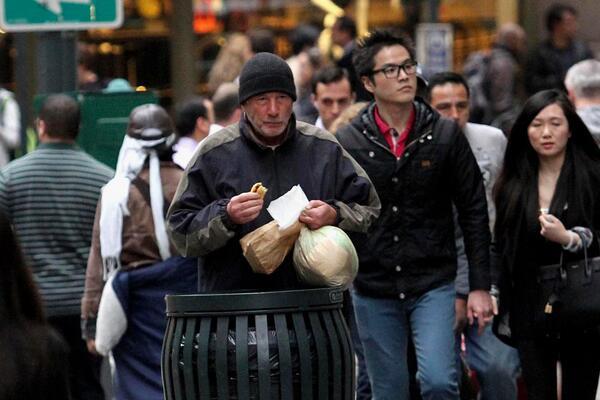 女子把剛買的披薩讓給流浪漢,隔天電視上看到自己善舉才知道「幫了大人物」!