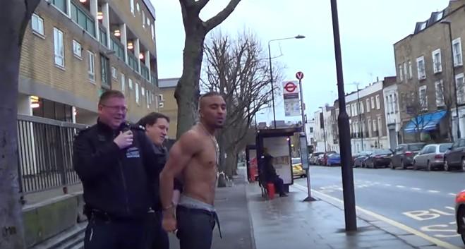 警察逮捕了這個男生之後就把他手銬起來,但結果下一秒他們看到他褲子裡噴出的東西都嚇到往後退!