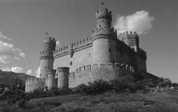 請持續緊盯著影片中這座黑色城堡中間的黑點看,少數的人就能在0:42就看見彩色城堡!