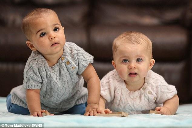 網友看到這對機率只有百萬分之一的不同膚色雙胞胎都不敢相信,當看到她們父母的模樣後才終於能理解!