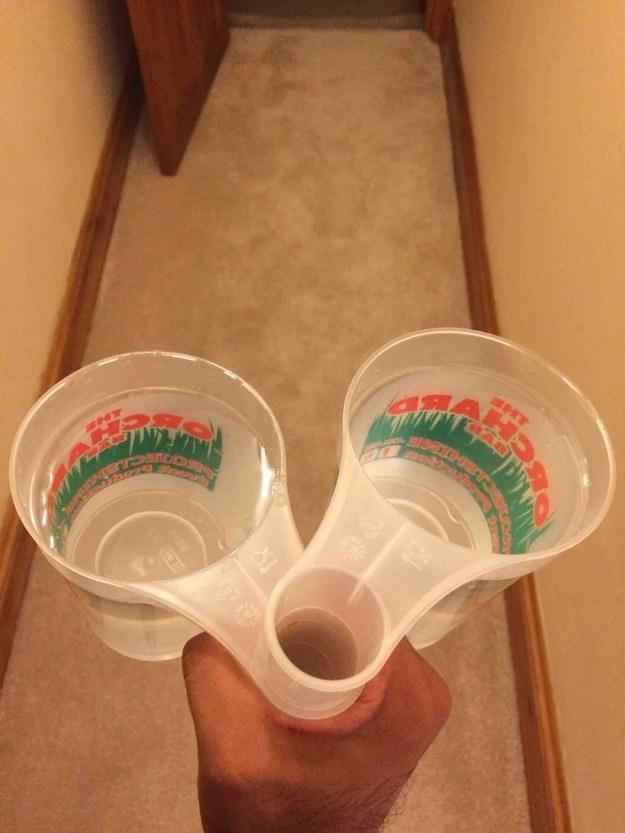 25個讓你覺得「以前日子都白活了」的天才發明 可以一次拿2個的杯子真的太猛了!