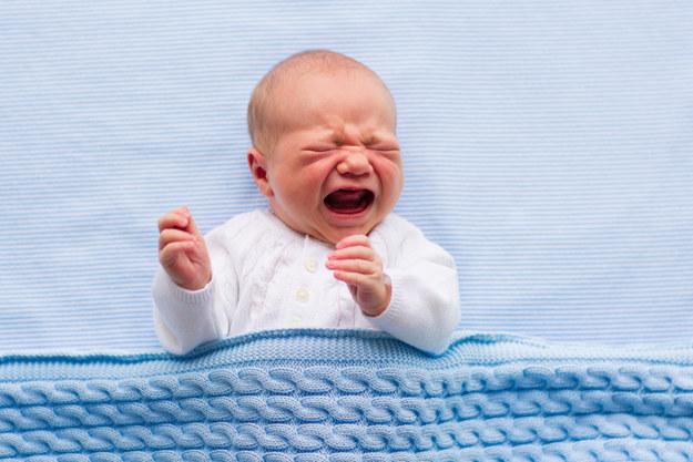 這對爸媽發現5個月大的嬰兒莫名不停哭泣,檢查半天一看到腳才發現這種超常見的「可能導致截肢危險狀況」!
