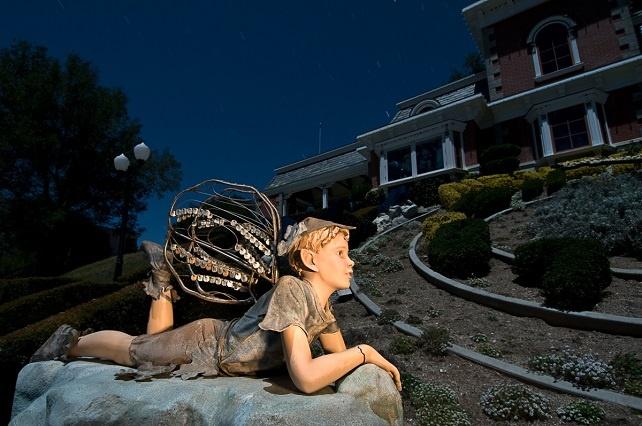 他們潛入廢棄的「麥可傑克森夢幻莊園」 發現了很不對勁的雕像