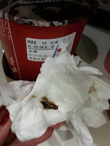 有網友喝手搖茶飲發現味道苦苦的,珍珠吃起來脆脆的,吐出來一看,竟然是隻形狀完整的蟑螂。翻攝自爆料公社