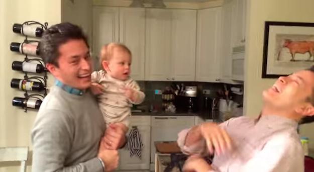 他把寶寶托雙胞胎哥哥照顧 回來接寶寶時「完全搞混」萌翻!