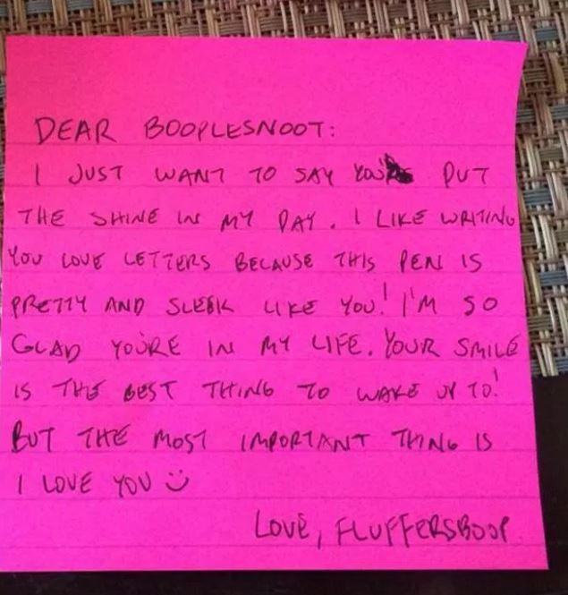 這個男友給女友寫了一張超浪漫的情人節紙條,結果當女友「用另一張有剪出洞的紙條覆蓋上去後」...超噁啦!