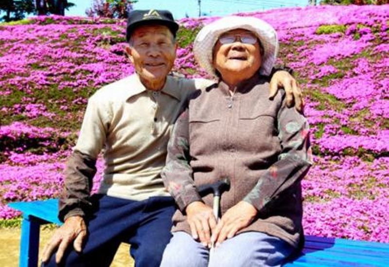 最愛的妻子看不見了...所以他為了老婆「花2年時間種下數千朵花」讓她能用聞的!