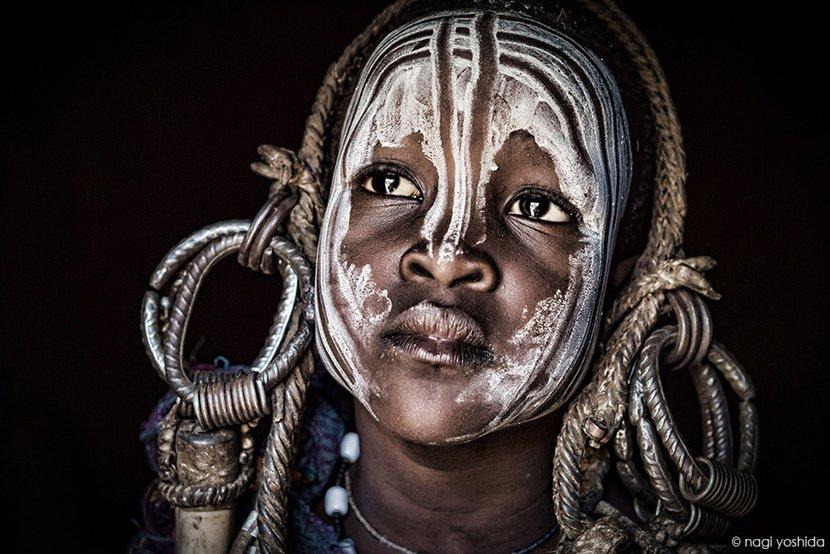 日本美女攝影師來到非洲全.裸部落很害羞,為了和當地人打成一片拋開羞恥心「脫光光拍攝」!