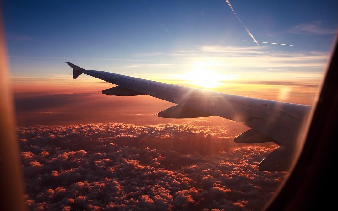 這名機長透露:「這就是為什麼當飛機降落時都必須要把艙內燈光調暗」,真的太重要了!