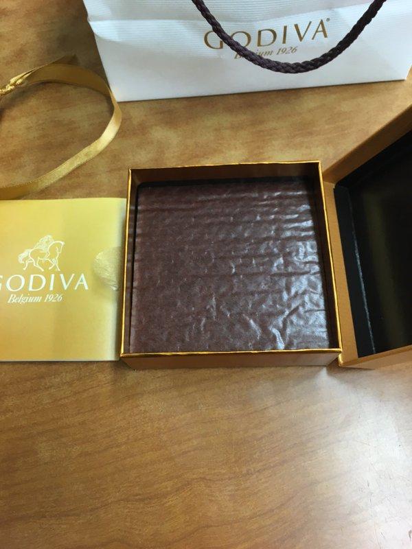 姊姊請他幫買GODIVA巧克力,但他卻聽錯買到發音超像的「爆笑精緻巧克力」讓整個網路都爆炸了。