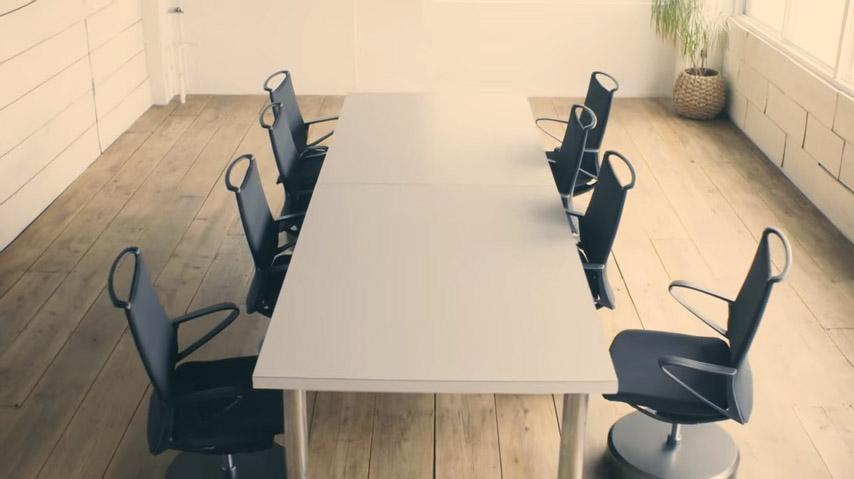 這間公司的員工一直會對椅子拍手超奇怪,但一拍完後你就會希望你的椅子也這麼「奴才」!