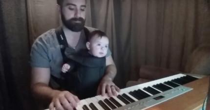 這位老爸背著寶寶坐在鋼琴前,接下來到第30秒發生的畫面讓我很確定他就是史上最棒的模範老爸代表!
