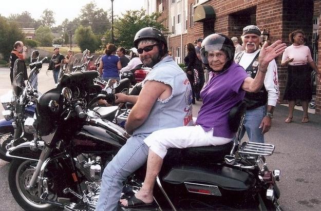 15個酷到會讓你很期望變70歲的「比黑寡婦還酷超猛阿嬤」。