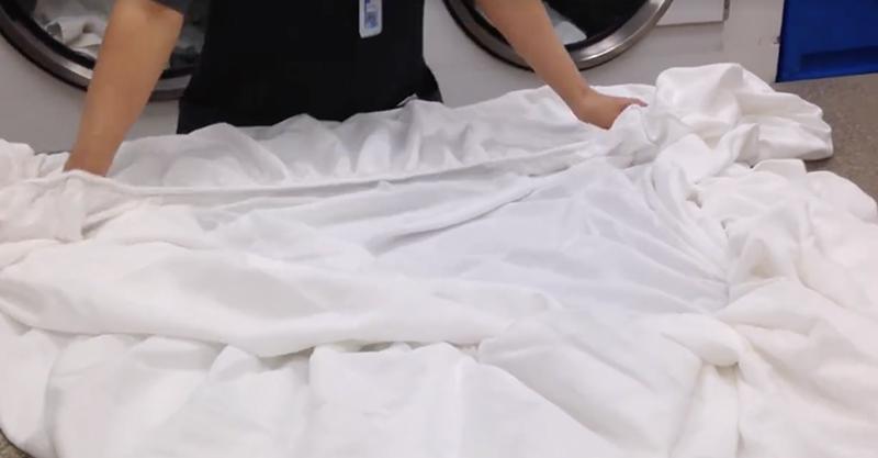 我們錯誤的折床罩方法速度又慢而且會弄出超多皺摺,這位飯店人員親自示範的超省時完美方法會讓你一輩子受用!