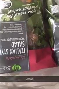 大家發現超市買的沙拉裡有「蜘蛛在裡面爬」都會直接扔掉,但其實「這麼做你就虧大了」因為...