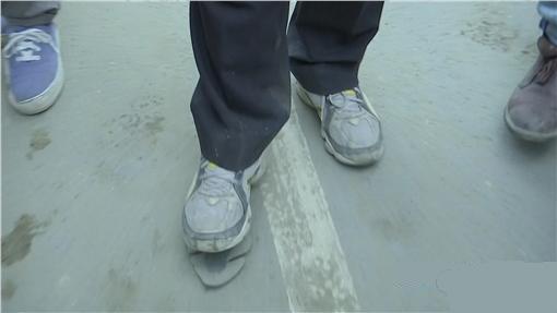 賴清德巡視救災現場時鞋子開口笑被媒體報導遭諷 「在作秀」,但看到真相後會讓你大大給他一個讚!