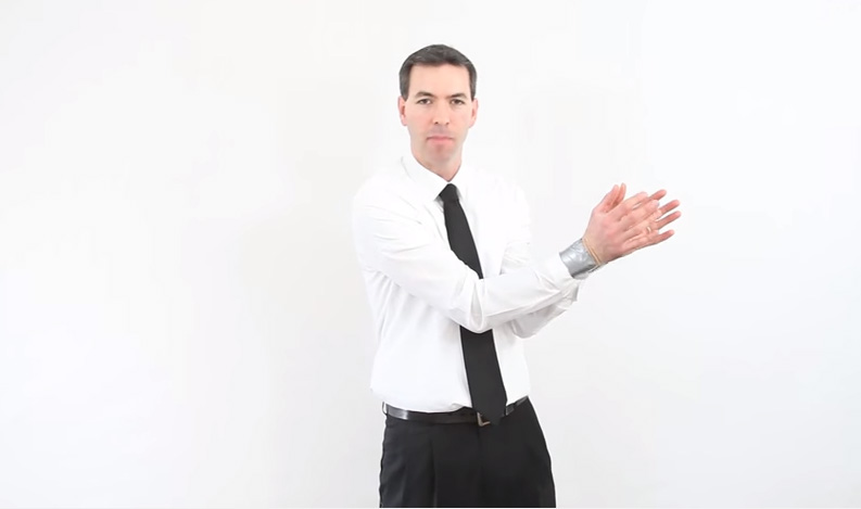 這名CIA特務要教大家「如何在2秒內解開綑綁雙手的膠帶」,當他將手肘緊靠在一起時...