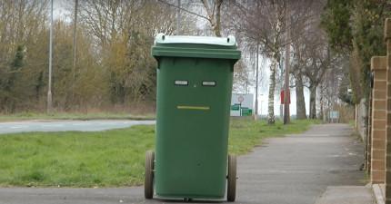 我本來以為這只是個普通的垃圾桶,但「當主人一按下按鈕」後我就忍不住超嫉妒也想直接買一個了!