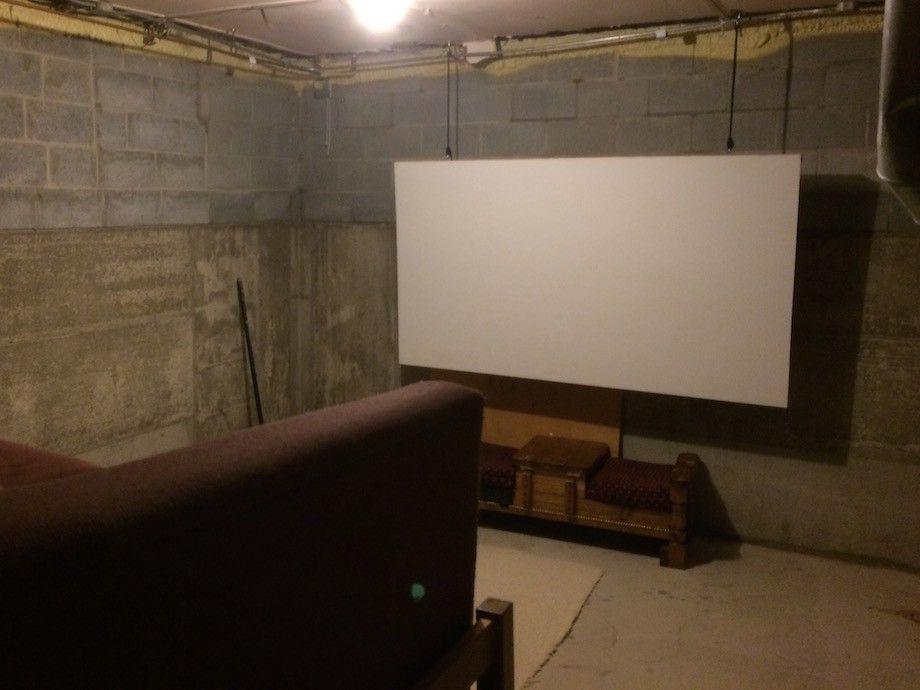 這名大學生先將家中老舊地下室以窗簾隔間,最後完成時當他把投影機開啟所有女生都心動了!