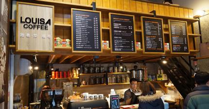 被星巴克寵壞的奧客想羞辱平價咖啡店,但店長說出的「超高知識話」讓旁邊懂咖啡的客人都忍不住噴笑了。