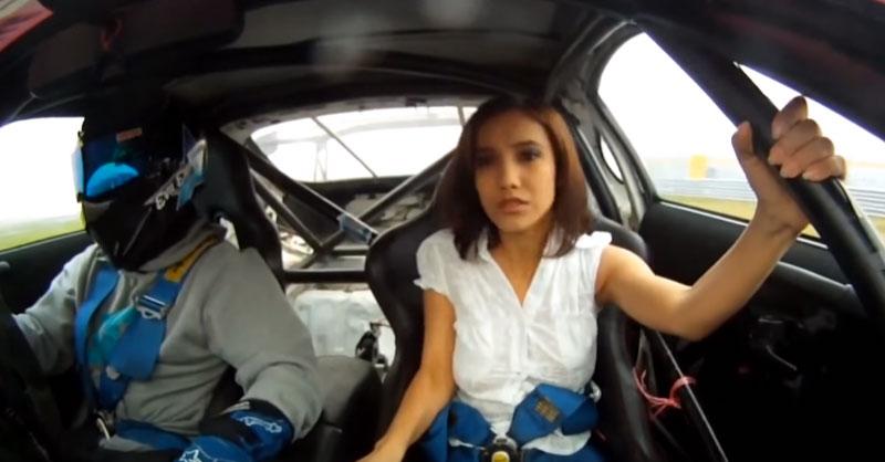 這個賽車影片一開始就大字寫「兒童不宜」,因為當車開始甩尾時...