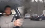 4個男生在車裡開車忽然被另一台車子全速撞擊。下一刻就會讓你看到你買車時都注意到錯的事情了!