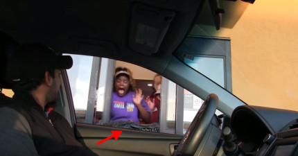 這幾個點餐員才剛剛幫客人訂完餐點,結果下一秒轉過來就被「頭馬上被咬掉」恐怖畫面嚇爆!