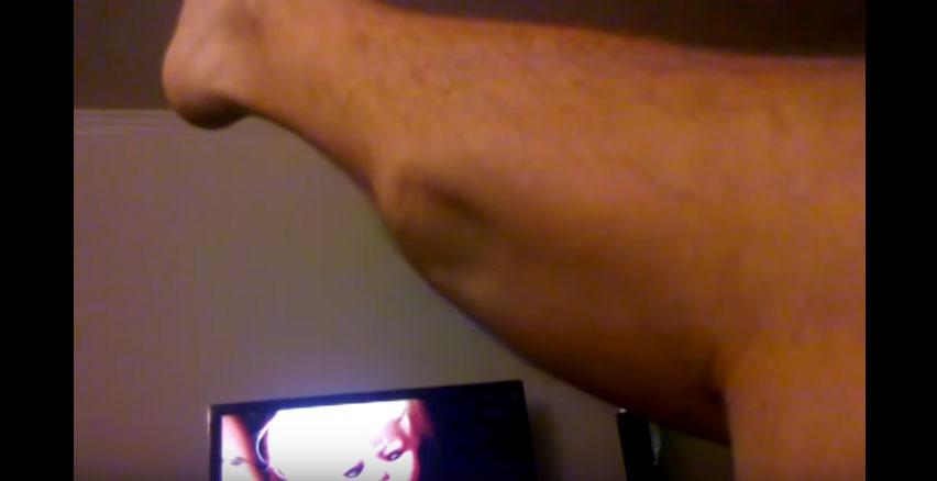 我本來以為小腿抽筋沒什麼了不起,但看完這段像「被異形入侵」的影片後我就發現我錯了。