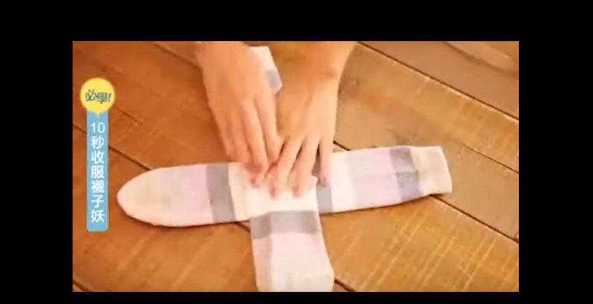 把襪子捲成一個球是最錯誤的折襪子方法,還會讓它撐大。但這正確的「先十字擺」方法才會讓你不會把襪子給弄壞!
