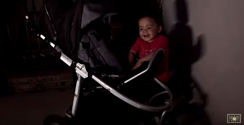 這位媽媽把「尼龍束帶」綁在嬰兒車輪胎上 改裝後「超讚成果」讓大家瘋狂跟進!