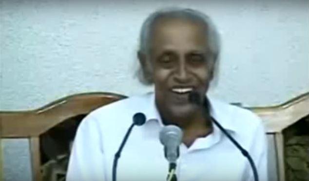 這位印度知名作家本來還在直播演講會上開心地笑,但下一秒發生的事讓電視機前的觀眾全都嚇壞了!