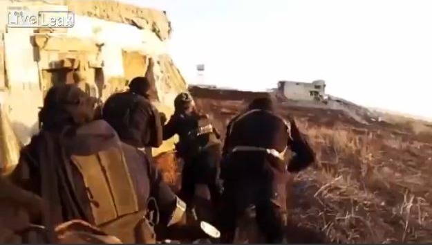 ISIS聖戰士為了記錄槍戰過程配戴Gopro攝影機在頭上,沒想到才剛錄了20秒...