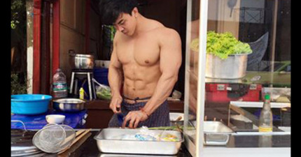 許多人看到這間泰國餐廳門口的「肌肉帥主廚」就衝進去,沒想到進店坐下後才發現「好料都藏在裡面」!