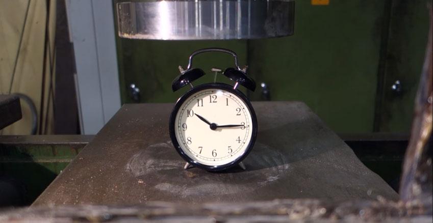 看著液壓機幫你報仇把史上最可惡「過去每天把你吵醒」鬧鐘壓爆,看到最後出現的超可愛形狀讓我一整個心暖暖的!