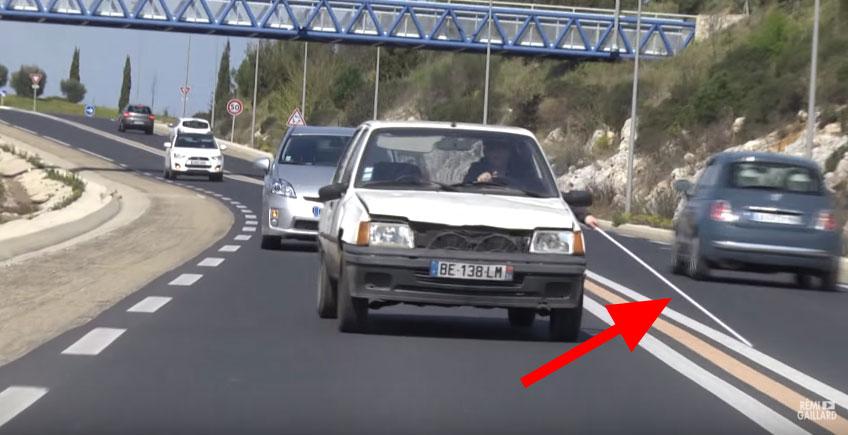 很多駕駛在路上碰到了這台盲人拿著拐杖開車,到第19秒我已經忍不住噴笑到流淚了!