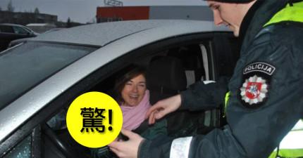 這些立陶宛的女性駕駛莫名被警察攔下來原本很不爽, 但一看到警察掏出的東西後就忍不住笑了。