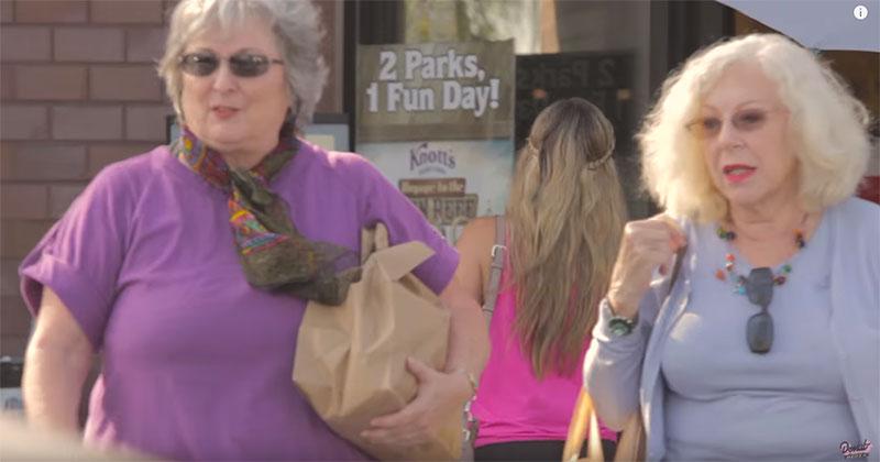 這兩個老奶奶買完菜走回停車場,當看到她們開什麼車時,旁邊路人都快要瘋掉了!
