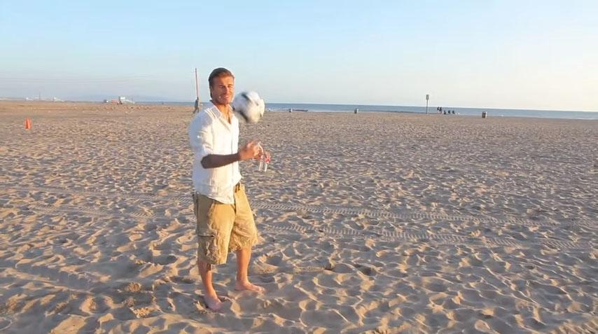 他問貝克漢能不能「把足球踢進超遠處的垃圾桶」,當我還在想說再強也不可能時...他就一腳踢出去了...