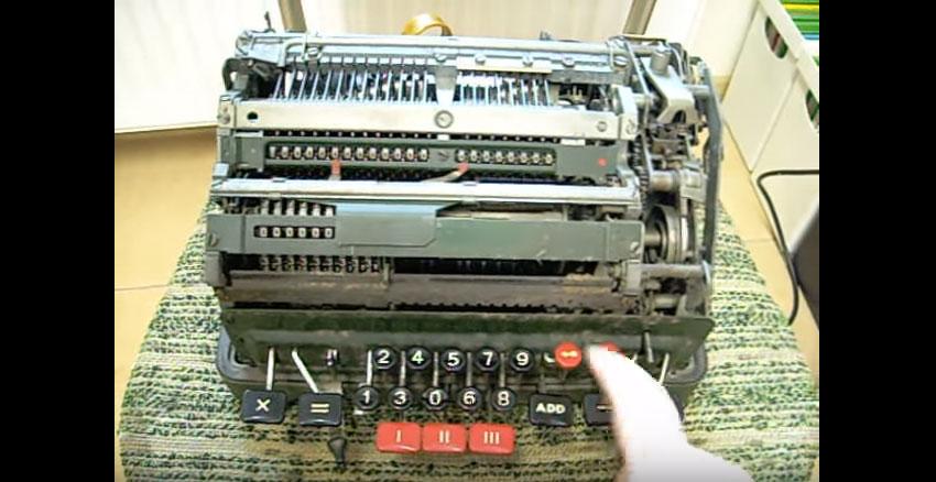 他用這台超老舊的機械計算機「除以零」,接著計算機無法理解完全抓狂的景象讓我開始害怕了...