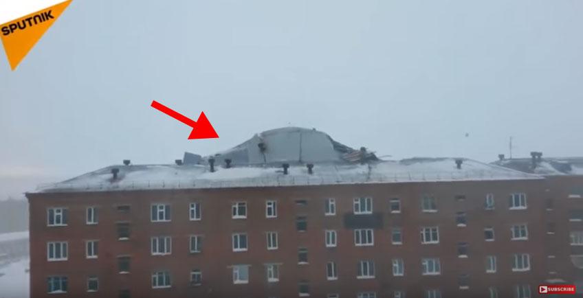 他們在對面大樓拍攝看到大風已經把大樓屋頂給掀起來,幾秒後的「立刻少一層樓畫面」會讓你知道頂樓加蓋有多恐怖!