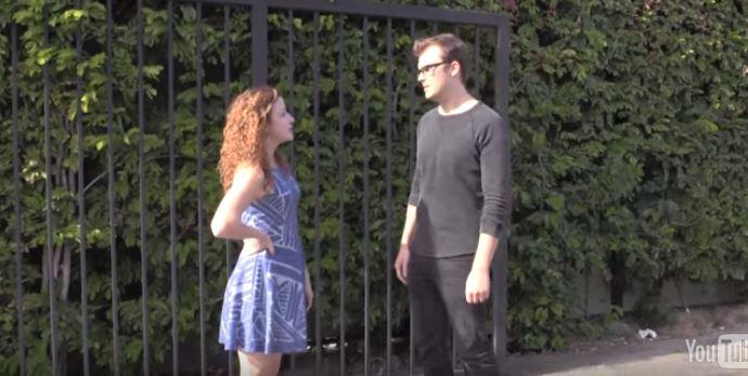 男女在大白天不顧旁人眼光「忘情愛.愛」!路人本來要打電話報警「後面神展開劇情」嚇到都軟了!